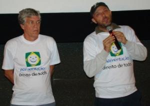Chico Menezes (Ibase) com o diretor José Padilha no lançamento do filme em Brasília(DF). Foto: Rogério Tomaz Jr.
