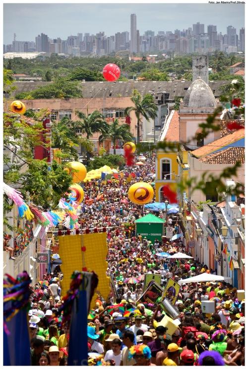 Carnaval de Olinda com Recife ao fundo (Foto: Foto: Jan Ribeiro/Pref.Olinda)