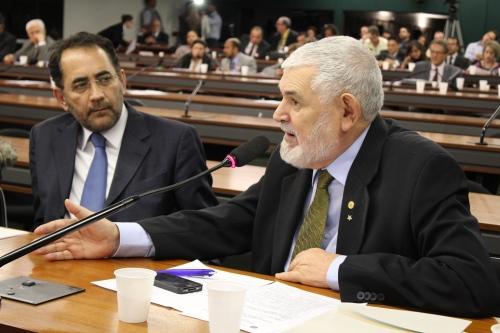 Luiz Couto, ao lado de João Paulo Cunha, fala numa audiência pública (conjuinta com a CCJ) esvaziada (Foto: Rogério Tomaz Jr.)