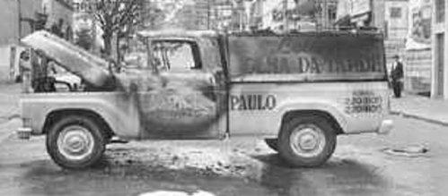 Carro da Folha de SP queimado como represália à colaboração do jornal com a OBAN