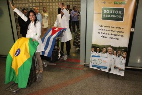 Médicos cubanos desembarcam em Brasília (Foto: Rogério Tomaz Jr.)